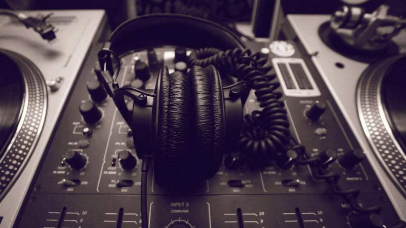 radio-studio-headphone