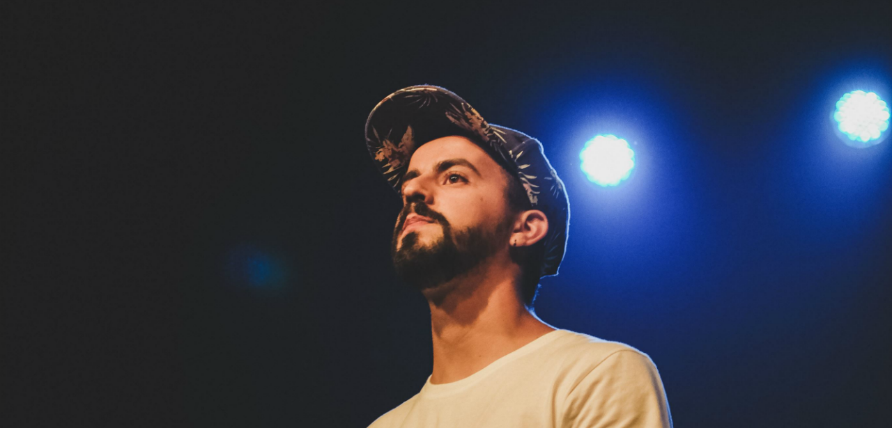 Cálculo lançou ontem o seu mais recente álbum, Tourquesa. O MC e produtor de Barcelos está de regresso aos discos com vários convidados nas 13 faixas.