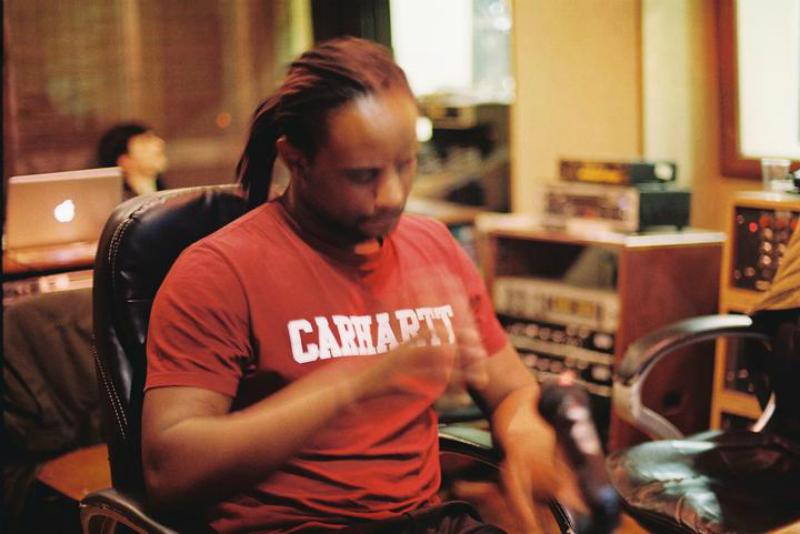 """Crânio é o título do primeiro EP a solo de DJ Nigga Fox com o selo da Warp Records. O trabalho, já com o single """"Poder do Vento"""" lançado, sai a 9 de Março."""